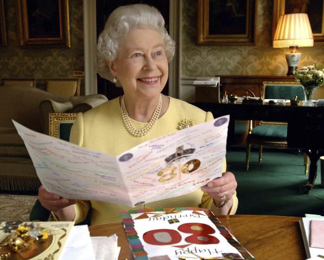 La reine Elizabeth II au palais de Buckingham, à Londres, en 2006.
