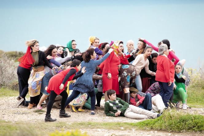 «The School of Narrative Dance : Little Chaos #1», performance de Marinella Senatore à La Sucrière.