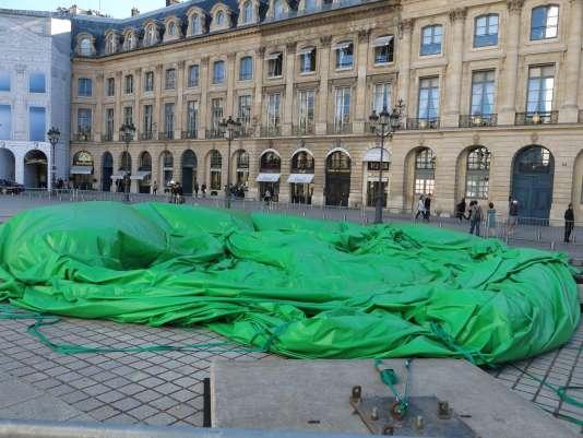 L'arbre-sex toy de l'artiste américain Paul McCarthy vandalisé sur la place Vendôme à Paris (1er).