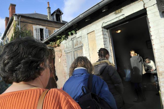 Des personnes font la queue lors d'une distribution de colis alimentaires par le Secours Populaire, en 2009 à Saint-Eloy-les-Mines (Puy-de-Dôme).