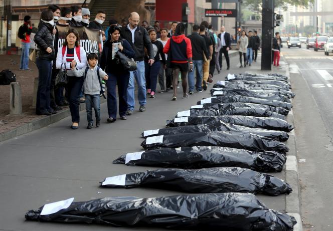 Les corps de 19 personnes tuées par un commando d'hommes masqués, à São Paulo, le 28 août 2015. Des policiers brésiliens sont suspectés d'avoir voulu venger l'un des leurs.