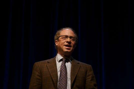 Ray Kurzweil est un fervent croyant en la singularité, qui veut que le progrès technique – exponentiel – donne naissance à des machines plus intelligentes que les humains.