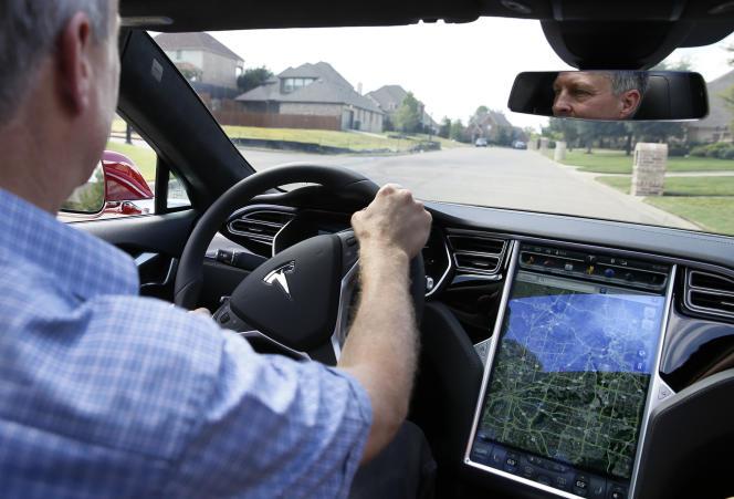 En attendant la voiture totalement autonome, la voiture partiellement automatisée pose des questions en matière de sécurité et de formation des conducteurs.