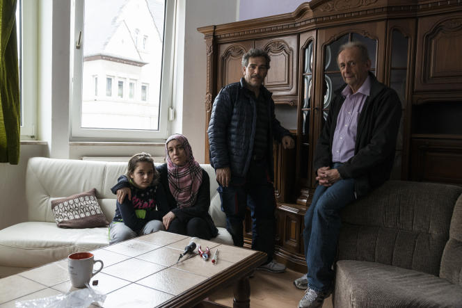 Lena, Huda et Abed Abdelkarim al Ali posent avec Werner Link, qui les a d'abord hébergés à Buch avant que la famille ne soit relogée à Kastellaun, en septembre 2015 en Allemagne.