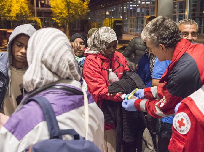 Des réfugiés sont transportés en autobus depuis Munich jusqu'à leur destination, le hall de la Foire d'Erfurt, le 8 septembre 2015. (AP Photo/Jens Meyer)