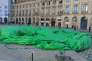 «Tree», la sculpture controversée de Paul McCarthy, après son dégonflage place Vendôme, à Paris.