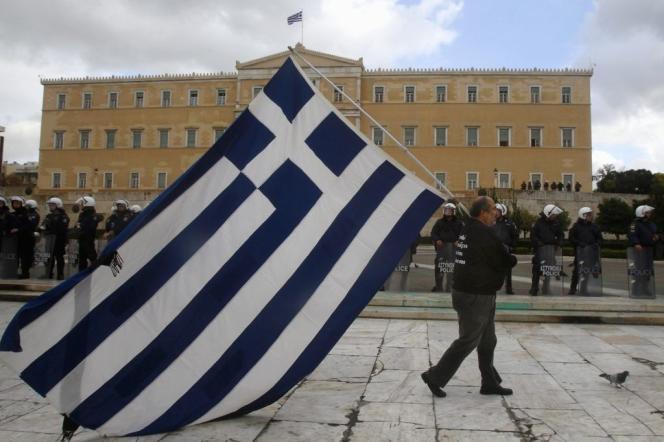 La crise grecque a montré que, faute d'un cadre politique international permettant une gestion raisonnée des dettes souveraines, et en dépit de leur caractère parfois insoutenable, un Etat seul ne peut obtenir des conditions viables pour restructurer sa dette.