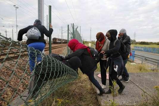 Des migrants s'introduisent sur les voies ferrées du tunnel sous la Manche, le 29 juillet 2015 à Fréthun, près de Calais.