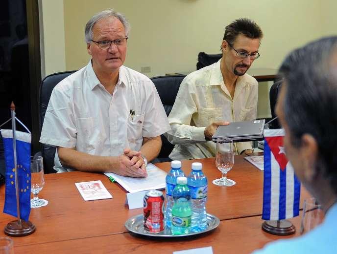 Christian Leffler, chargé des négociations avec Cuba, et Abelardo Moreno, le ministre des affaires étrangères de Cuba, abordent le volet politique des négociations, le 9septembre.