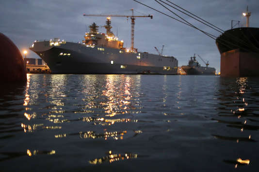 Les deux navires Mistral au port de Saint-Nazaire, en décembre 2014.