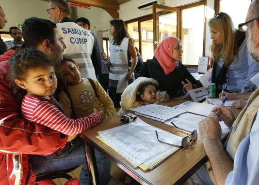 Des réfugiés syriens venus d'Allemagne à leur arrivée à Cergy, le 9 septembre.