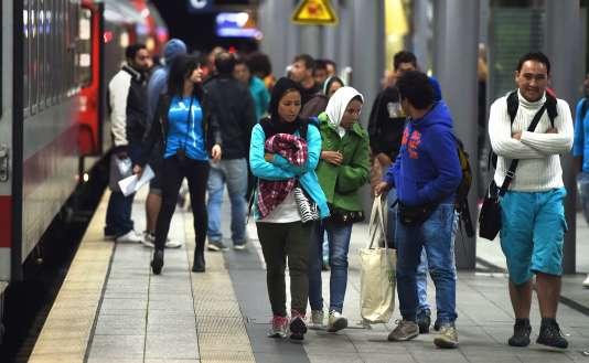 Des migrants à leur arrivée à la gare de Düsseldorf, en Allemagne, le 8 septembre.