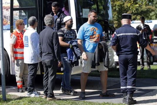 Un groupe de réfugiés arrivent en bus d'Allemagne à Cergy-Pontoise (Val-de-Marne), mercredi 9 septembre.