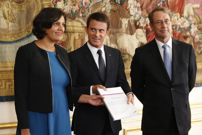 Myriam El Khomri, Manuel Valls et Jean-Denis Combrexelle posent avec le rapport sur « la négociation collective, le travail et l'emploi », à l'Hôtel Matignon, le 9 septembre.