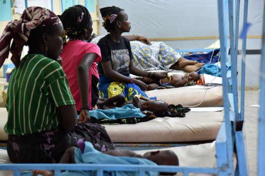 Des mères et leurs enfants à l'hopital de Zinder au Niger le 26 mai 2015.