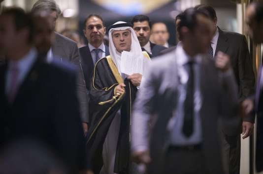 Le ministre des affaires étrangères saoudien Adel Al-Jubeir entouré de gardes du corps, à l'ambassade de l'Arabie Saoudite à Washington, le 4 septembre.