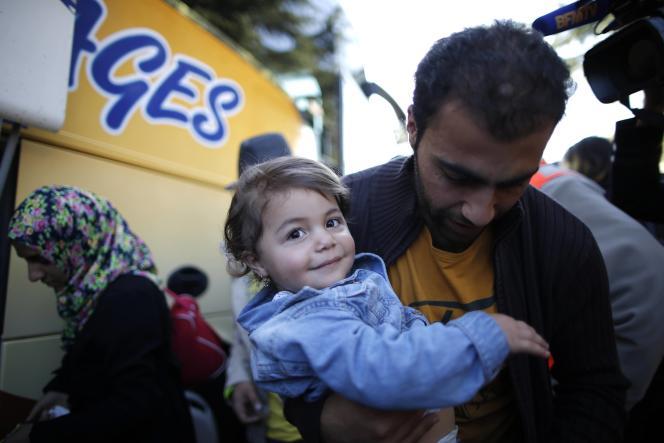 Des réfugiés d'Irak et de Syrie arrivent à Champagne-sur-Seine, le 9 septembre.