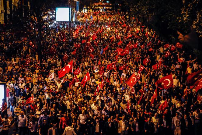 Des milliers de manifestants défilent le 8 septembre à Istanbul pour protester contre les attaques revendiquées par le PKK contre des policiers et des militaires turcs.