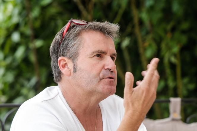 La vie de Paul François, exploitant de 47 ans à la tête de 240 hectares, longtemps dédiés à la monoculture céréalière, a basculé le 27 avril 2004. Ce jour-là, voulant vérifier le nettoyage de la cuve d'un pulvérisateur, il a inhalé une forte dose de vapeurs toxiques.