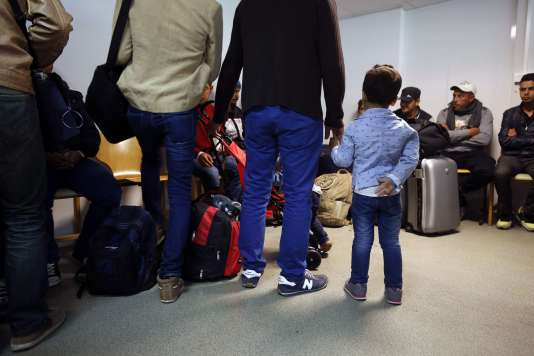 Des migrants accueillis dans une résidence universitaire à Champagne-sur-Seine le 9 septembre.