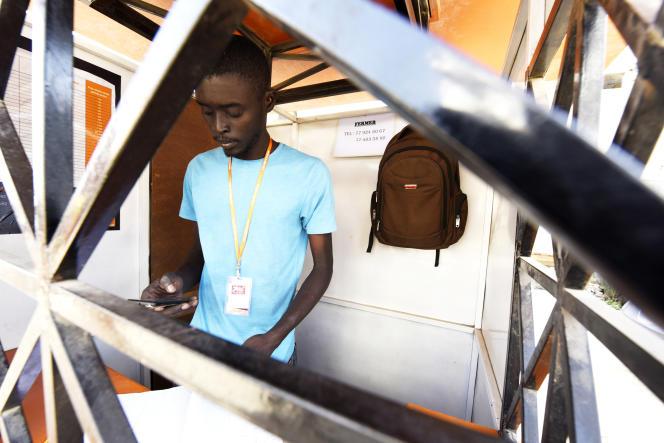 Dans un kiosque Orange Money à Ouakan, en banlieue de Dakar au Sénégal.