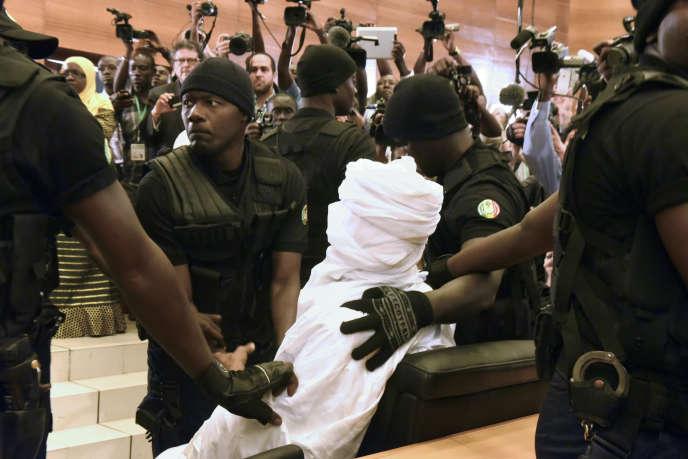 Hissène Habré escorté par des forces de sécurité lors de son procès, le 20 juillet à Dakar.