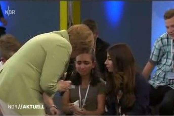 Angela Merkel tente de rassurer une jeune Libanaise expulsable en pleur sur un plateau télé.