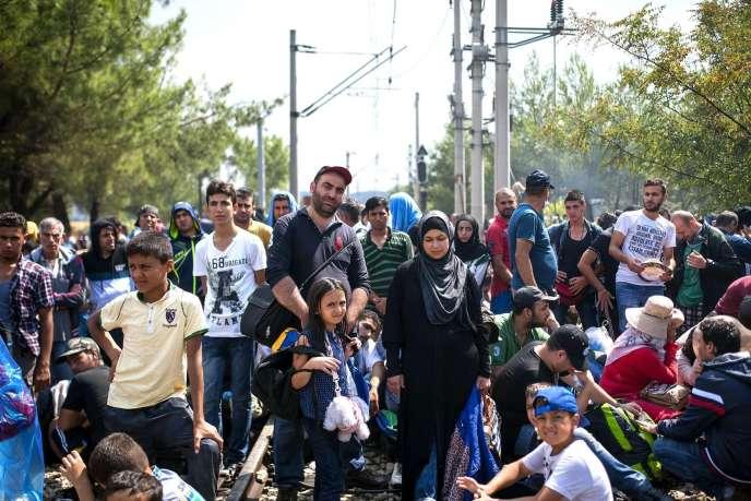 Des migrants attendent de pouvoir passer la frontière entre la Macédoine et la Grèce près de la ville de Gevgelija le 20 août 2015.