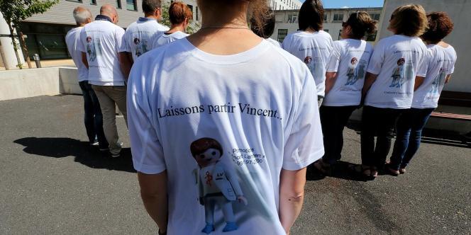 Des partisans de l'arrêt des traitements pour Vincent Lambert, le 27 juin, devant l'hôpital Sébastopol de Reims.
