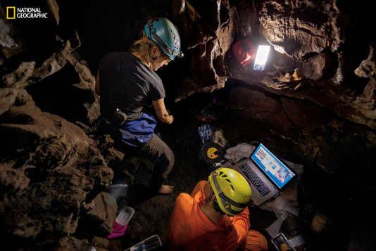 """L'anthropologue Marina Elliott (à gauche) et la paléontologue Ashley Kruger ont fait partie des six """"astronautes souterrains"""" suffisamment filiformes pour fouiller le site où a été découvert """"Homo naledi"""".  (photo extraite du numéro d'octobre du """"National Geographic"""".)"""