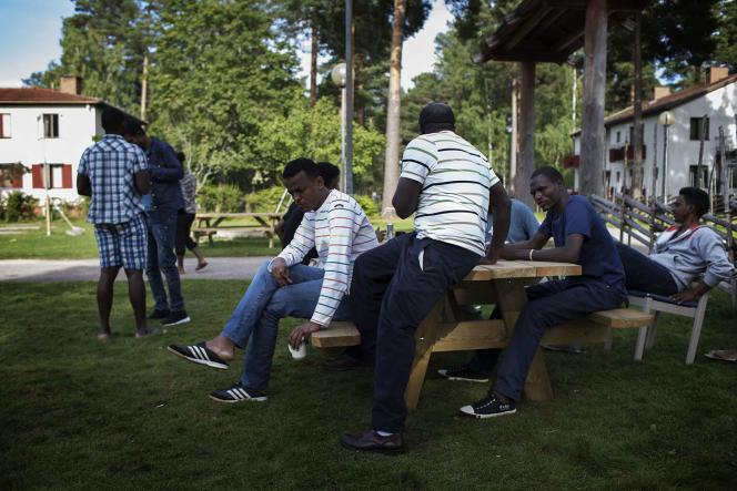 Des demandeurs d'asile venus d'Erythrée, à Tallmogarden, en Suède, en août 2015.
