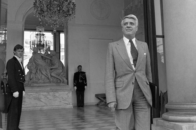 Robert Boulin le 26 septembre 1979 sur le péron de l'Elysée, alors qu'il était ministre du travail dans le gouvernement de Raymond Barre.