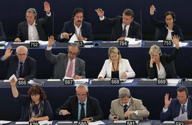 Des membres du Parlement européen prennent part à une session de vote à Strasbourg, France, le 10 septembre 2015.