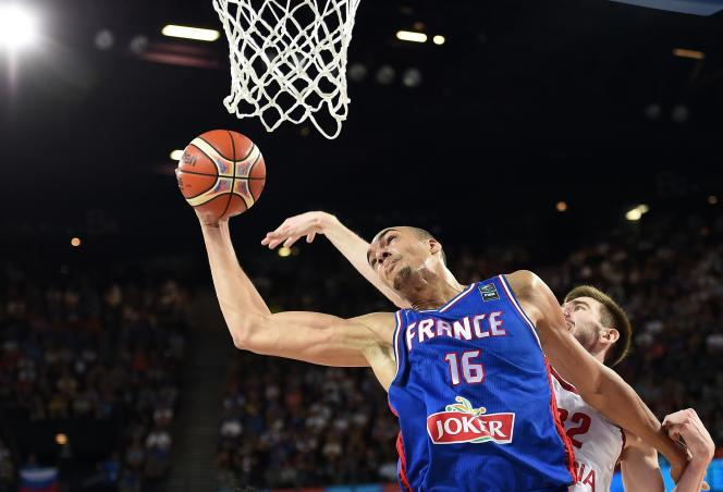 Rudy Gobert (en bleu) en septembre 2015 avec l'équipe de France.