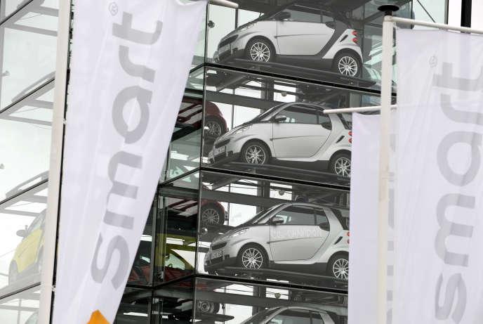 Des SmartFortwoà l'extérieur de l'usine d'Hambach (Moselle) en 2008.