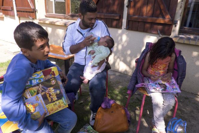 Au centre de séjour Hubert-Renaud, à Cergy, une famille irakienne en provenance d'Allemagne, le 9 septembre.