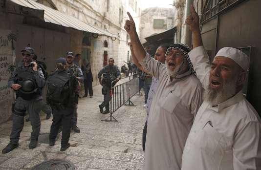 Moshe Yaalon, Le ministre de la défense d'israël, a déclaré «illégal» le mouvement des «mourabitouns», un groupe musulman en grande partie informel qui affirme défendre l'esplanade des Mosquées.