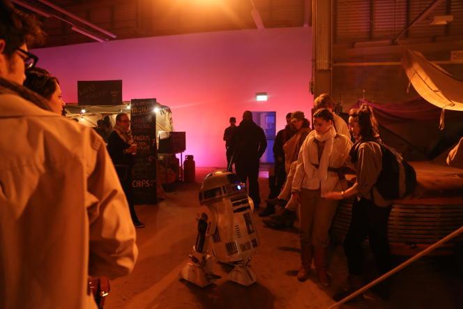 R2D2 déambule entre les spectateurs.