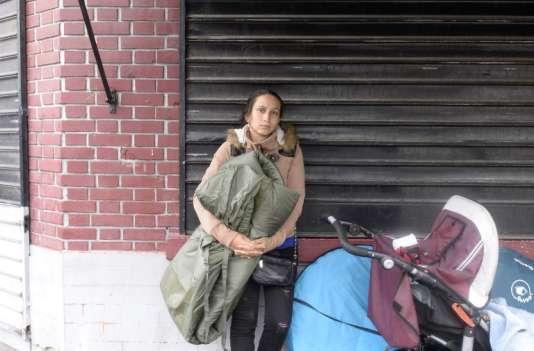 Une femme rom pendant l'évacuation du «Samaritain», un des plus vieux bidonvilles de France, le27août2015.