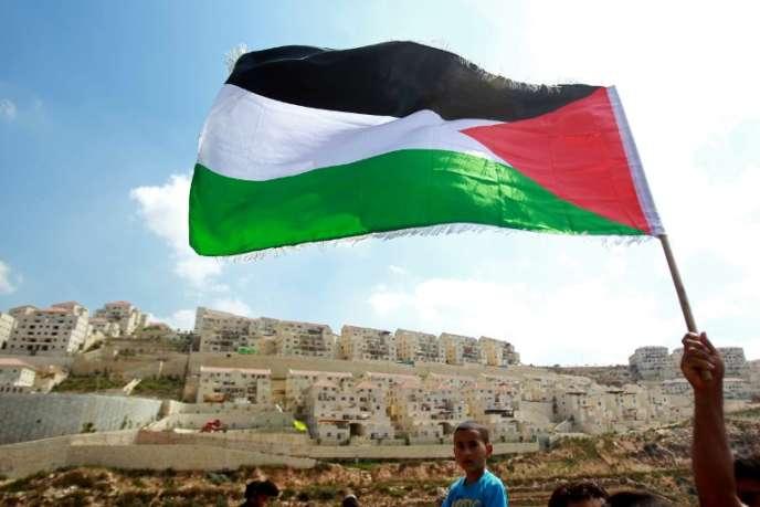 Drapeau palestinien devant la colonie israélienne de Beitar Illit, en Cisjordanie, enseptembre2014.