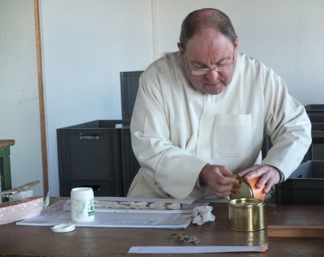 Etiquetage de boîtes de cire Bénédit, produite par l'Abbaye de Maylis.