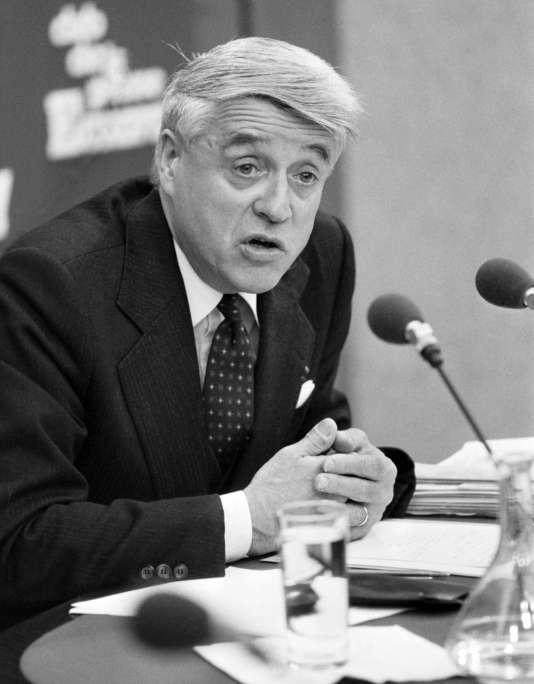 """Le ministre du travail Robert Boulin au """"Club de la presse"""" d'Europe 1, le 19 octobre 1979 à Paris,retrouvé mort dans un étang de la forêt de Rambouillet, dans 50 cm d'eau, le 30 octobre 1979."""