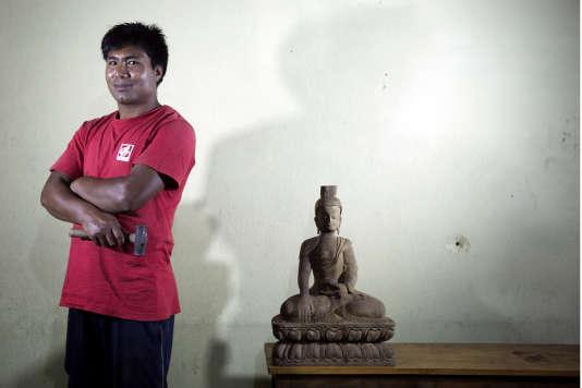 Le prètre et sculpteur Mahesh Shakya, à Bagmati (Népal), le 30 juillet.
