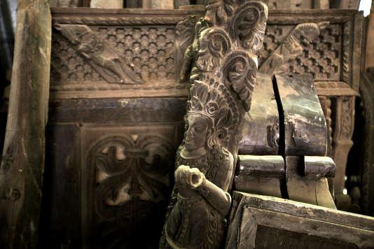 Une sculpture de Krishna endommagée par le séisme, à Bagmati, le 30 juillet.