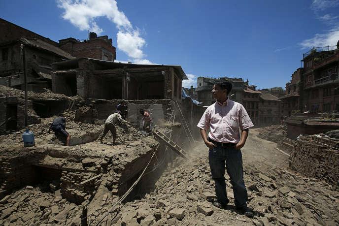 L'architecte Rabindra Puri supervise la reconstruction d'une maison à Bhaktapur (Népal), le 29 juillet.