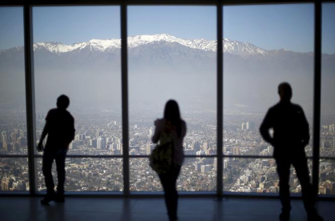 Vue sur Santiago au Chili depuis le quartier d'affaires de la ville, le 3 septembre 2015.