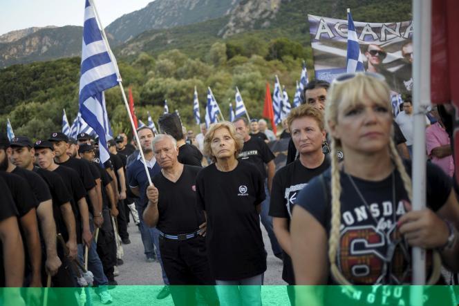 Des militants d'Aube dorée, à Thermopyles, en Grèce, le 5 septembre.