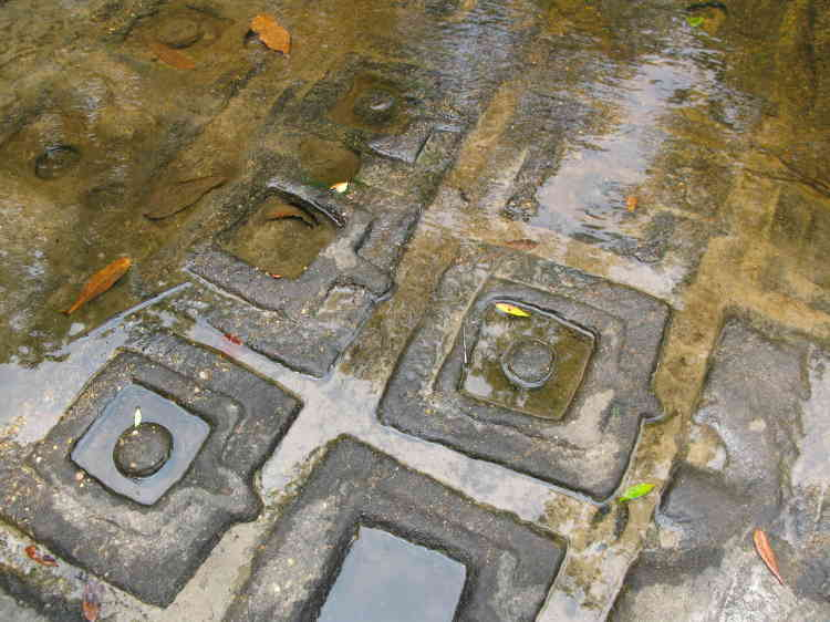 La rivière Kbal Spean, qui symbolise le Gange coulant de la chevelure du dieu Shiva. Son eau sacrée arrose les lingas et les yonis – symboles masculins féminins – sculptés dans le grès de son lit. C'est elle, aussi, qui bénit les sanctuaires angkoriens, grâce au réseau hydraulique sophistiqué  conçu par les architectes de l'empire khmer.
