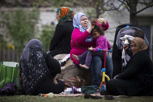 Réfugiés syriens dans le parc Edouard-Vaillant à Saint-Ouen, au nord de Paris, où ils passent la plupart de leurs journées en attendant de trouver des solutions de logement, le 21 avril 2014.