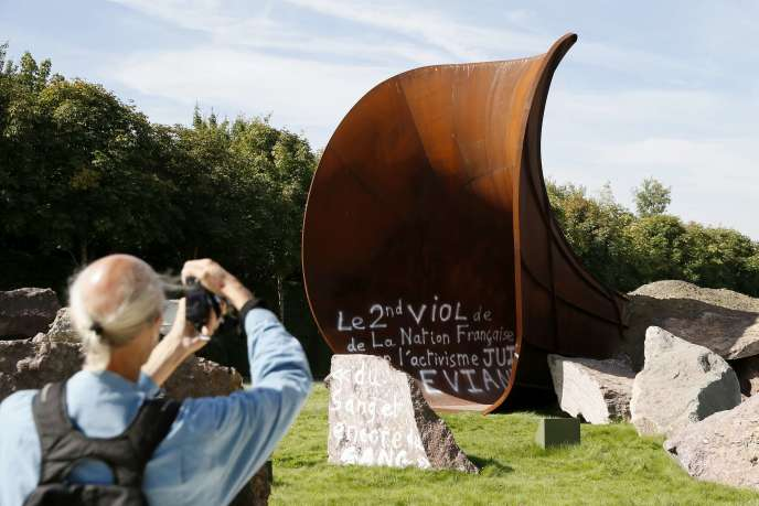 L'œuvre «Dirty Corner», exposée au château de Versailles depuis le 9juin, a été vandalisée trois fois.